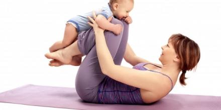 Le yoga postnatal, une exercice à pratiquer avec bébé
